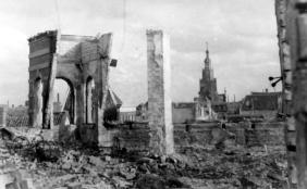 Rathaus nach Bombenangriff