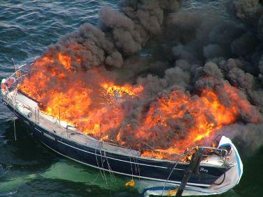 Brennende Segelyacht