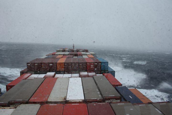 Container im Sturm