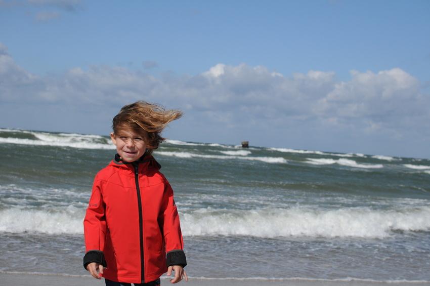 Mädchen bei Sturm am Meer