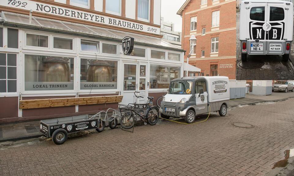 Brauhaus mit Lieferfahrzeugen am Tag