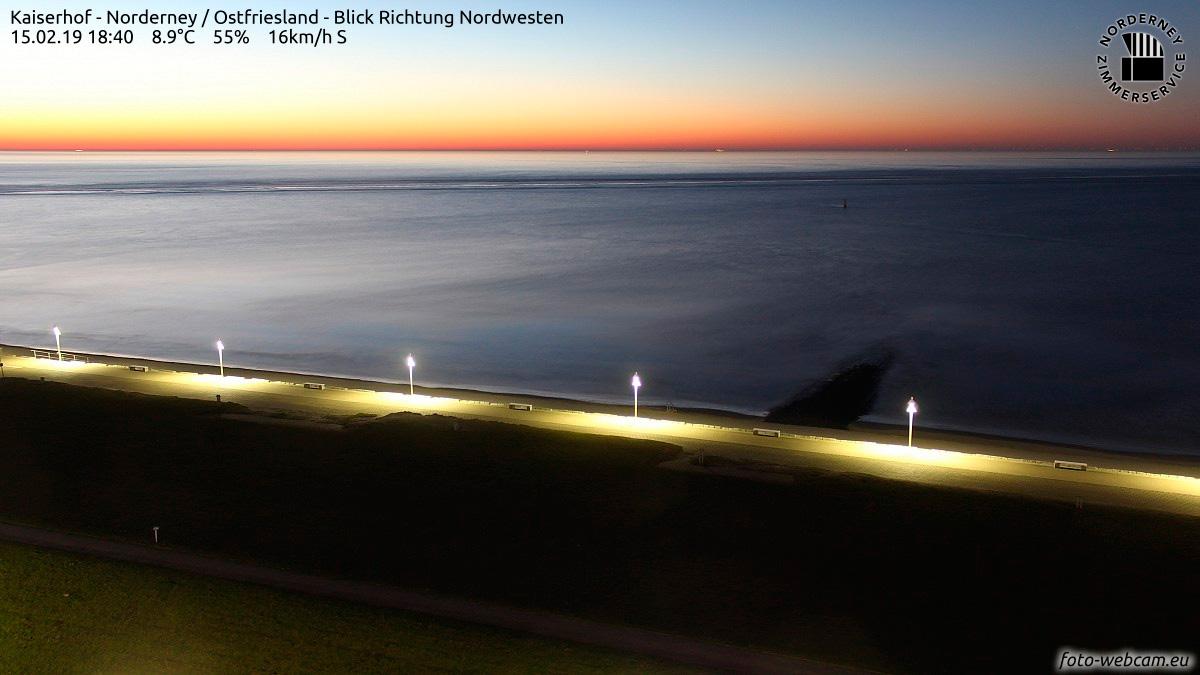 Sonnenuntergang über der Nordsee am 15. Februar 2019: Im Vordergrund die Strandpromenade von Norderney