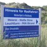 Am Cornelius weist ein Schild die Radfahrer in den Inselosten.