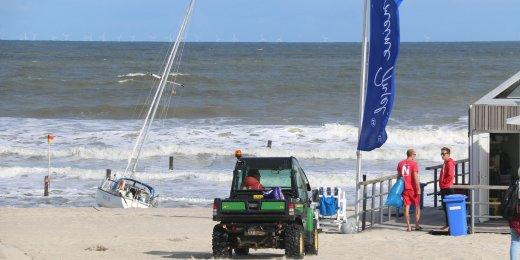Die Milloy II liegt am Strand der Weißen Düne fest.