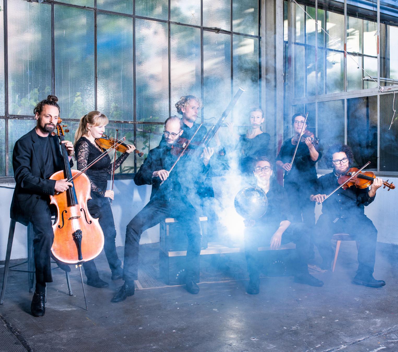 Orchester im Treppenhaus. Foto: Moritz Küstner